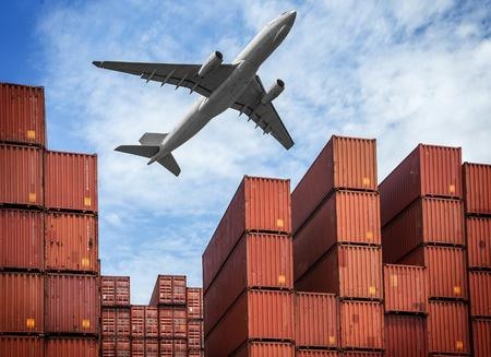 Imagen de un avion transportando una importación de coches desde Suiza