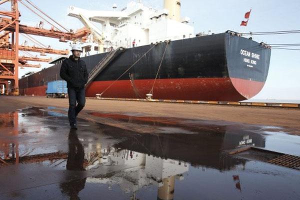 Foto de una mercancia internacional en el puerto de destino
